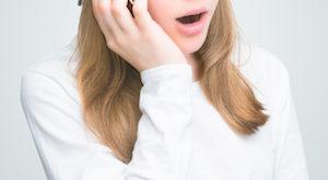 kinderen en een mobiele telefoon